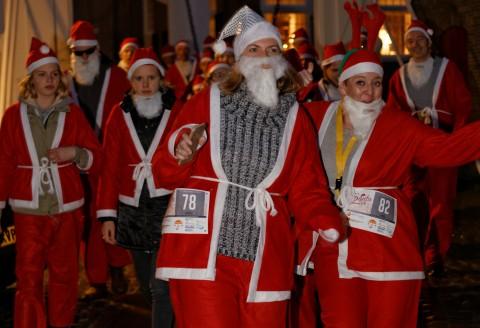Ruim 350 kerstmannen en -vrouwen kleuren Zierikzee rood
